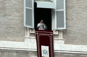 Pope_Francis_prays_the_Angelus_with_pilgrims